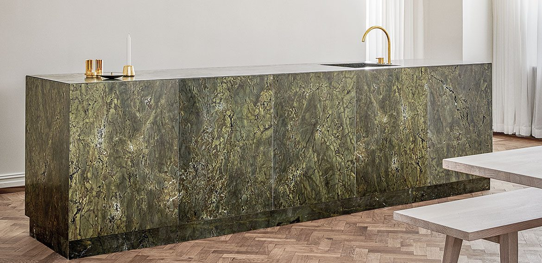 Skarp minimalism i nya konceptkök av marmor