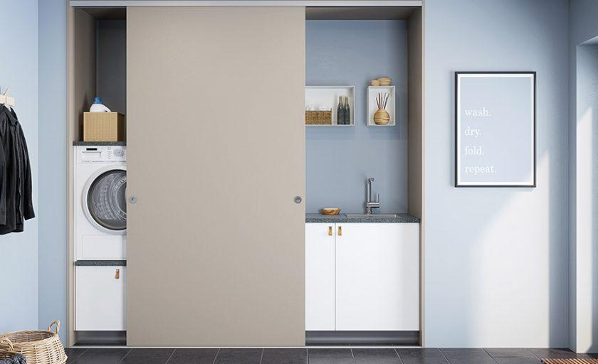 Förvaring i  tvättstuga och hall –  prydlig ordning bakom skjutdörrar