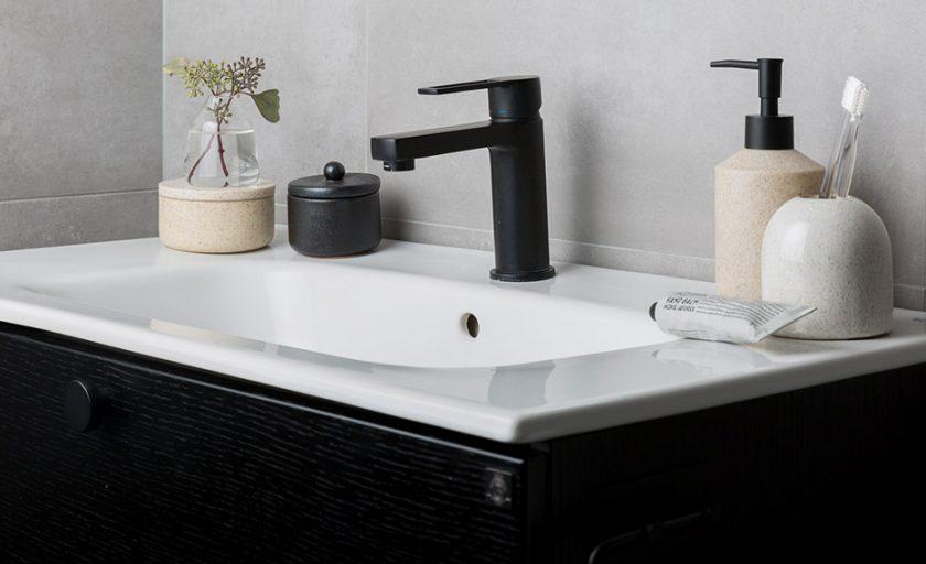 Badrumsinspiration  – tidlös kombination  av svart och vitt